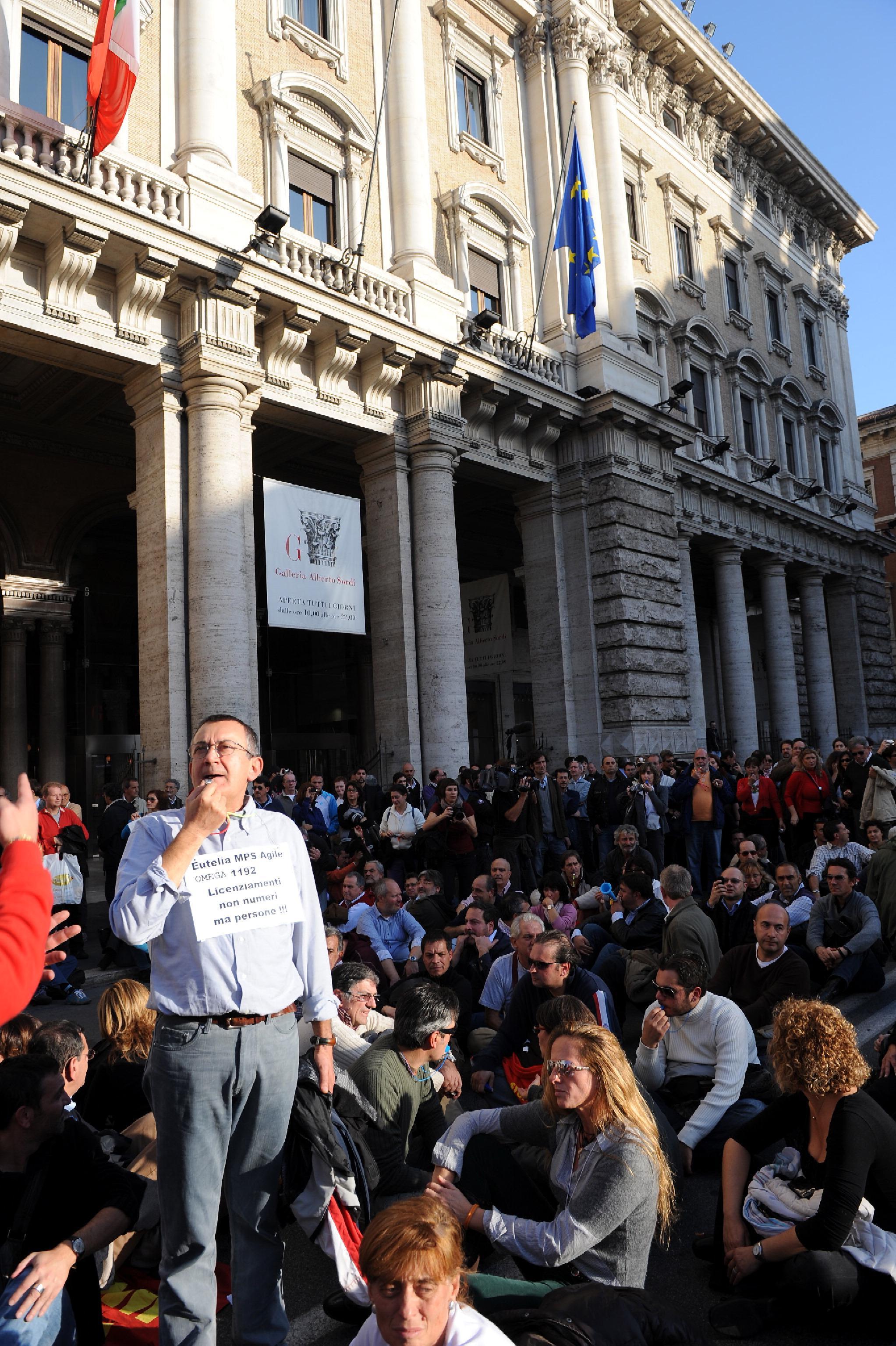 Il sit-in su via del Corso (Ansa)