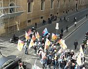 Il manifestanti deviati dalla polizia dopo il fallito tentativo di imboccare via del Plebiscito (foto Pelati)