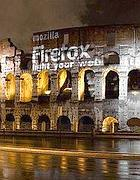 Il logo sul Colosseo (foto Creative Com. BY-SA 3.0 Italy/ Janos/Very Precise)