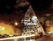 Il logo sulla Piramide (foto Creative Commons BY-SA 3.0 Italy/Janos/ Very Precise)