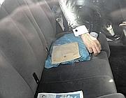 Nel sacchetto azzurro il pc  di Brenda trovato immerso nell'acqua e sequestrato dalla polizia (Proto)