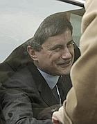 Gianni Alemanno mentre lascia l'università (Omniroma)