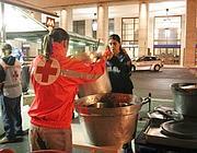 Volontari distribuiscono la cena ai senzatetto della stazione Ostiense (Jpeg)