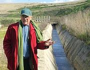 Un residente mostra un canale inquinato presso la discarica di Malagrotta