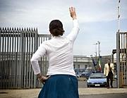 Una donna all'ingresso del Cie di Roma (foto Eidon)
