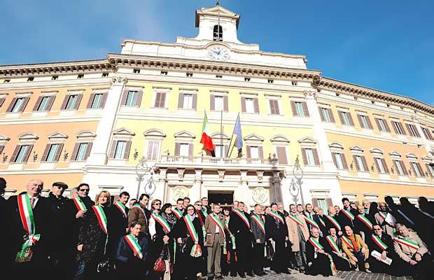 Sindaci da tutta italia foto del giorno corriere roma for Piazza montecitorio 12