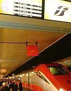 Il Frecciarossa 9631 con il tabellone elettronico che ne certifica il ritardo