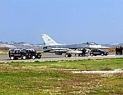 L'F16 «parcheggiato» a Fiumicino (Ansa)