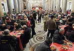 Pranzo con Sant'Egidio - A tavola con i poveri e i senzatetto di Roma: si è tenuto anche quest'anno nella  basilica di Santa Maria in Trastevere il grande pranzo di Natale organizzato da Sant'Egidio. La Comunità ha imbandito tante altre tavole a Roma ma anche in altre città. È una tradizione che si rinnova dal 1982 e ormai è diffusa in tutto il mondo. Per il Natale 2009 ha coinvolto 500 città di 70 nazioni, mettendo a tavola oltre 120 mila persone, 2 mila nel quartiere romano di Trastevere, circa 10 mila in tutta Roma e oltre 25 mila in tutta Italia. Sulle tavole dei poveri il menù tradizionale: lasagne al forno, polpettine di carne, gateau di patate, lenticchie, dolci di Natale, frutta e spumante (foto Ansa)