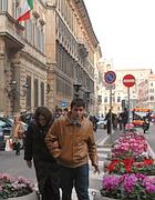 Palazzo Grazioli e, sullo sfondo, un bus accanto alla fermata soppressa (Zanini)