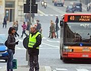 Sul marciapiede di via del Plebiscito un addetto dell'Atac comunica la notizia delo spostamento della fermata (Jpeg)