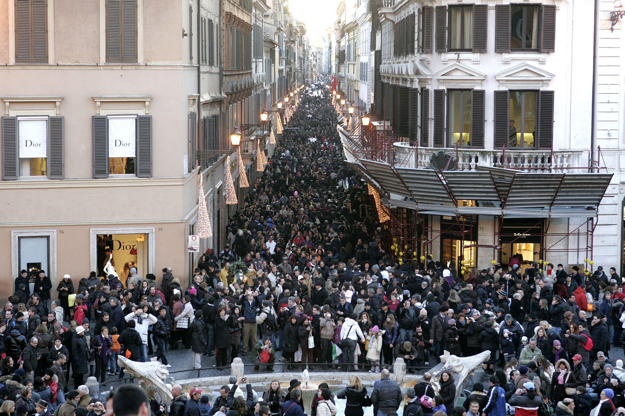 Folla per i saldi domenica in via Condotti (Eidon)