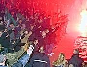 I militanti di destra fanno il saluto romano davanti all'ex sede del Msi (Omniroma)