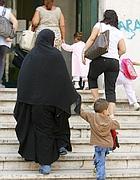 Un bimbo arabo accompagnato alla Pisacane dalla madre  (foto Ansa)