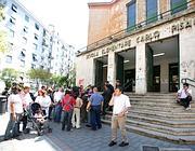 Genitori e alunni davanti alla scuola multietnica Pisacane (Eidon)
