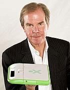 Nicholas Negroponte con il pc per bambini