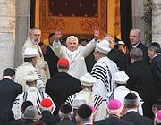Il Pontefice saluta la folla che lo applaude (Ansa)