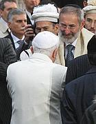 Riccardo Di Segni riceve Benedetto XVI (foto Ansa)