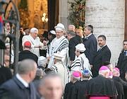 Benedetto XVI all'arrivo davanti alla Sinagoga di Roma (Eidon)