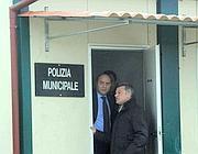 Il prefetto Pecoraro nell' ufficio della municipale nel campo rom  di via Salone (foto Proto)