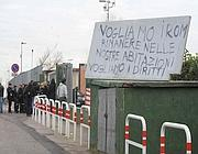 Cartelli di protesta nel campo rom di via Salone
