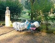 Un senzatetto su una panchina al Pincio