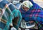 Senza tetto - Anche a Roma arriva il grande il grande freddo. Due senzatetto cercano di scaldarsi accendendo un piccolo fuoco (Eidon)