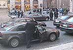 Parcheggio «esclusivo»  - Piazza della Minerva è un'isola pedonale. Ma non per tutti evidentemente. I divieti non valgono per le «auto blu». E dopo Piazza Grazioli, ecco un'altra dimostrazione di arroganza (Un abitante del centro, non so ancora per quanto...)