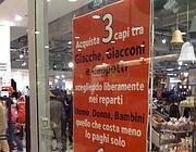 Ultime proposte scontate nei negozi di  vestiario  (foto De Santis)