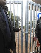 Il lucchetto sul cancello del campo Casilino 900 (Proto)