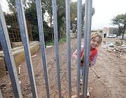 Una bambina chiude il cancello di Casilino 900 per l'ultima volta (Proto)
