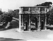 L'arco di Costantino ai tempi in cui le auto potevano transitare fin sotto al Colosseo (Ansa)
