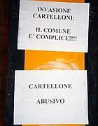 Le scritte anti abusivi affisse sui cartelloni irregolari