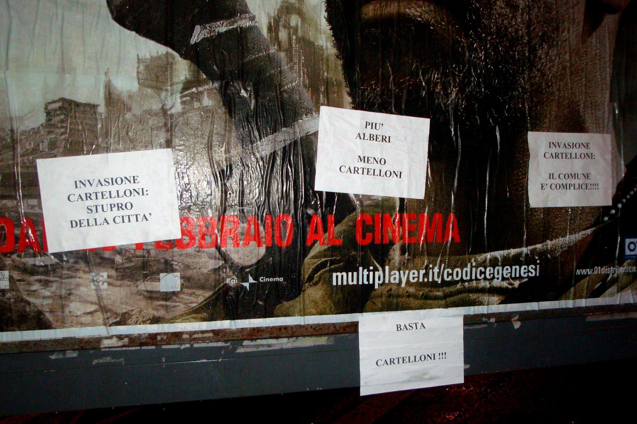 Protesta dei «cittadini stacchini» contro un cartellone abusivo