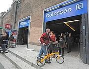 Un ciclista all'ingresso della metrò B fermata Colosseo (foto Proto)