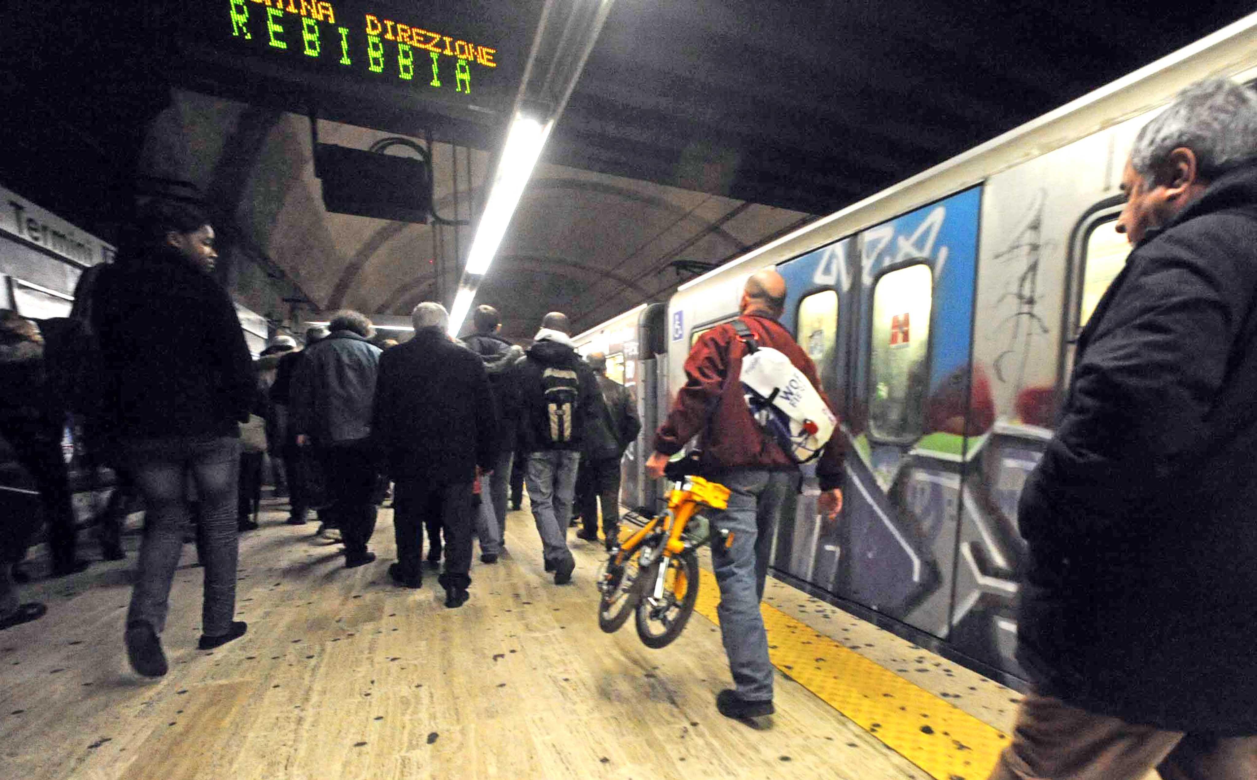 Bici «alla mano» sulla banchina della metrò B (foto Proto)