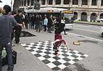 Breakdance al Colosseo - Un gruppo di ragazzi amanti della breakdance si esibisce davanti al Colosseo, sotto lo sguardo stupito di un «gladiatore». Intorno all'Anfiteatro Flavio tutto fa spettacolo  (foto Mario Proto)