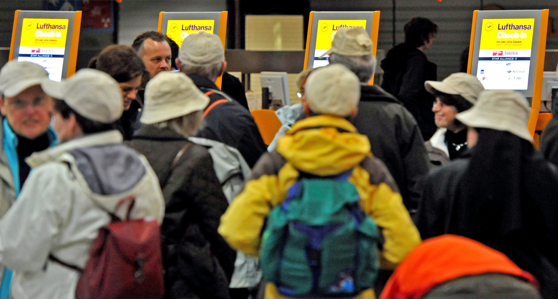 Caos ai check in Lufthansa a Francoforte lunedì 22 febbraio (Ansa)