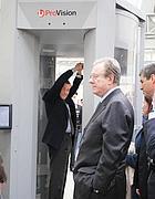 Il ministro Fazio nel body scanner a Fiumicino (Eidon)