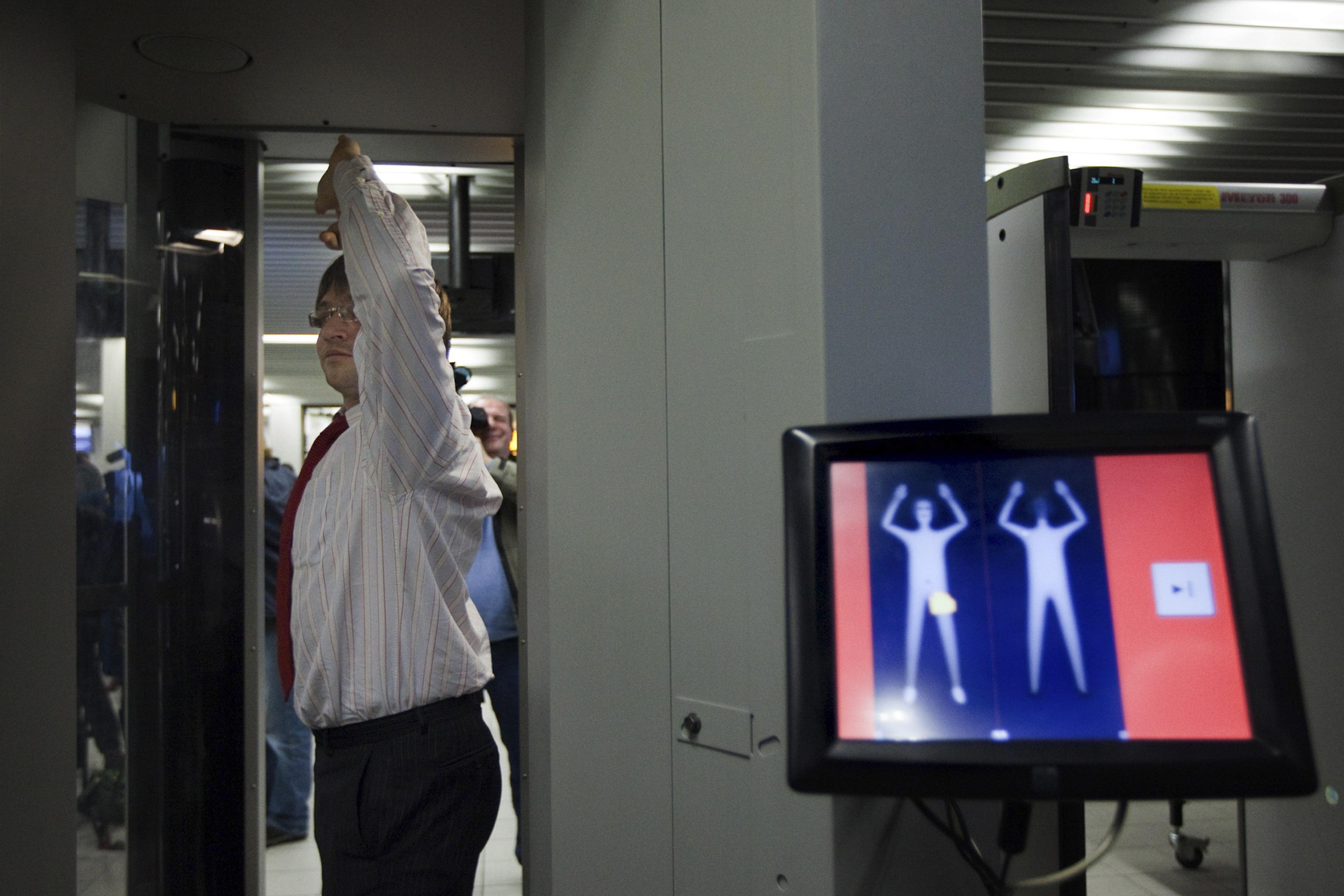 Il body scanner: il primo è stato installato giovedì a Fiumicino (foto Ap)