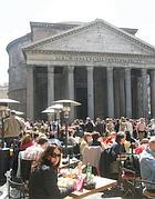 Turisti davanti al Pantheon (Ansa)