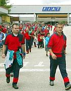 Operai Fiat all'uscita dallo stabilimento di Cassino (Ansa)