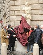 L'inaugurazione della statua (Omniroma)