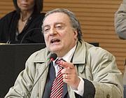 Angelo Izzo l'11 marzo a Brescia al processo sulla strage di Piazza della Loggia con la fede al dito (Ansa)