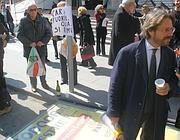 De Luca (sulla destra) guida la rimozione a piazza Bologna