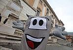 """Identikit del maratoneta  - Conto alla rovescia per la 16esima edizione della Maratona di Roma di domenica 21 marzo: gli iscritti sono 15.346, il numero più alto di sempre per una prova competitiva italiana. 8834 sono italiani, 12674 stranieri (di 82 nazioni). I nati nel 1965 sono i più numerosi 63. Passando alle professioni, """"vincono"""" i rappresentanti (1980), poi i liberi professionisti (896), e i commercianti (568) (nella foto Eidon la mascotte)"""