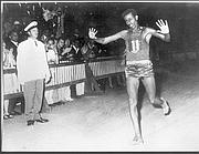 Abebe Bikila taglia il traguardo (scalzo) a Roma il 10 settembre 1960 alla storica maratona delle  Olimpiadi