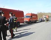 Carabinieri e squadre di soccorso in riva al lago (foto Proto)