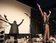 Un attore sul palco del csoa Brancaleone