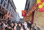 Testaccio giallorosso - Festa per i romanisti di uno dei quartieri più giallorossi della Capitale: è stato riaperto lo storico Roma Club  Testaccio. Nella foto (servizio Lanutti/Benvegnù), i tifosi celebrano l'avvenimento con bandiere e palloncini tra le foto ricordo, attorniando il  presidente Sergio Rosi, che si è battuto per la  nuova sede. Il club era stato costretto a lasciare la prima sede di Via Giovanni Branca nel luglio 2009, a causa di uno sfratto esecutivo. Nel quartiere da oltre 40 anni, il Roma Club Testaccio promuove le sue attività anche sul sito www.testaccio.roma.it